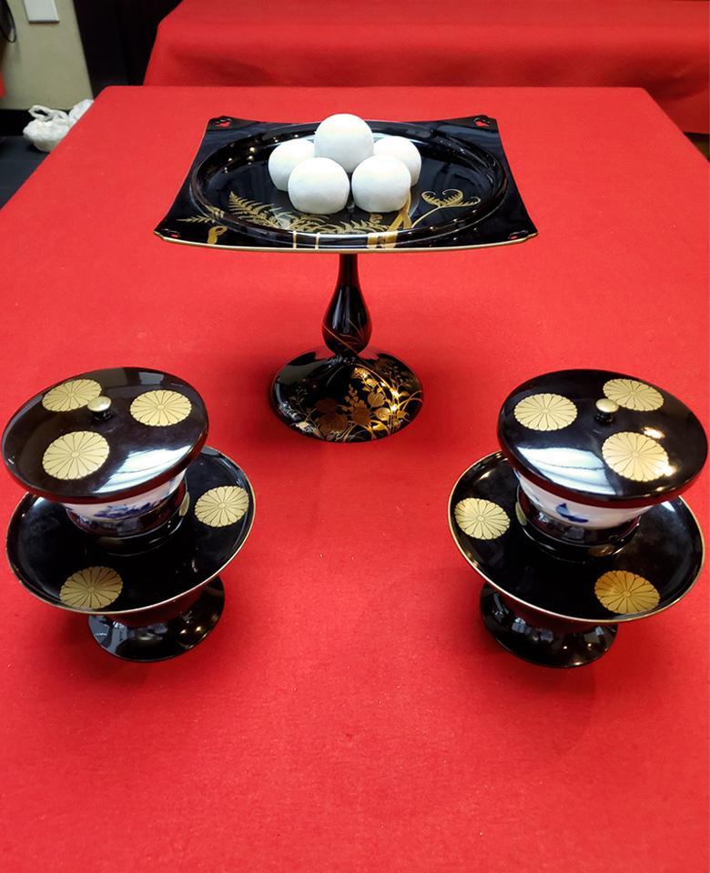 上中央:地黒蕨蒔画高附(じぐろわらびまきえたかつき)下左右:天目茶碗(てんもくちゃわん)
